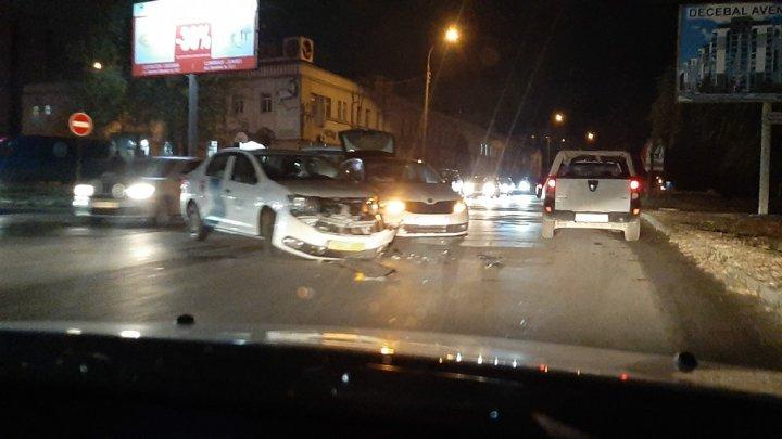 ACCIDENT GRAV în Capitală, cu implicarea unei maşini de taxi. În zonă s-au format ambuteiaje (FOTO)