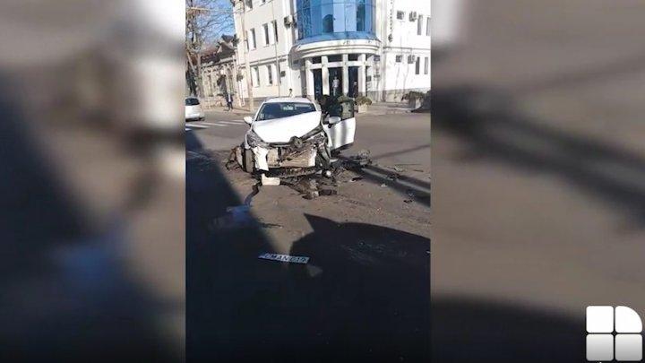 ACCIDENT GRAV în centrul Capitalei. O maşină s-a lovit violent cu un microbuz (VIDEO)