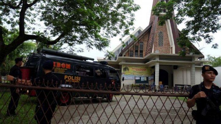 O persoană a murit într-un presupus atac sinucigaş comis în faţa unei secţii de poliţie în Indonezia