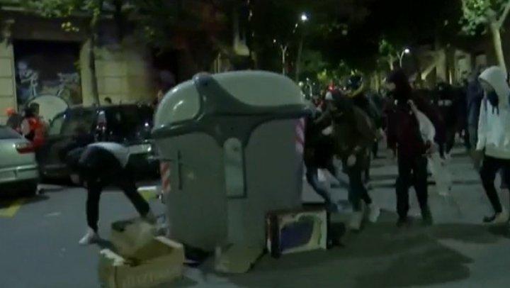 Violenţe la Barcelona înainte de alegerile generale. Oamenii au luat cu asalt sediul Poliţiei Naţionale