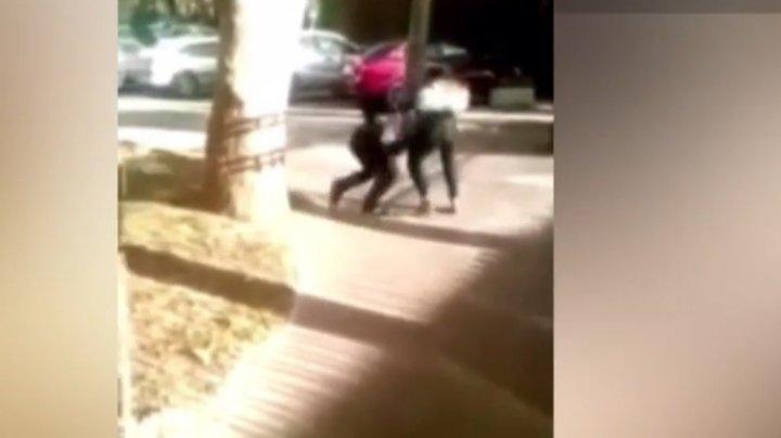BĂTAIE cu pumni şi picioare, între două fete la un liceu din Capitală (VIDEO)