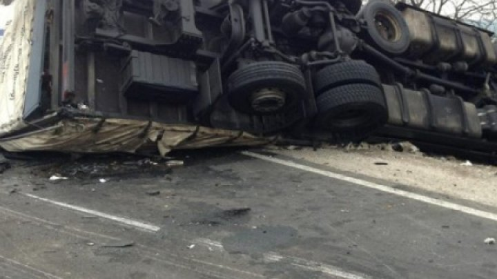 Un camion încărcat cu var, RĂSTURNAT în apropierea carierei de calcar din Râbnița