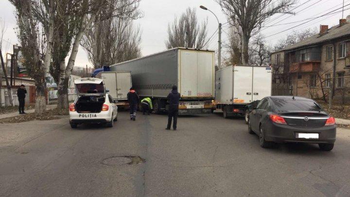 Accident pe strada Muncești din Capitală. O camionetă a intrat într-un tir (FOTO)