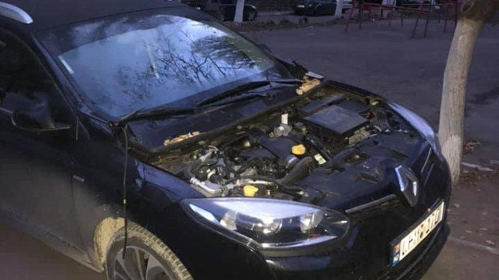 Ghinion pentru un șofer din Capitală. Hoții i-au furat capota de la automobil (FOTO)