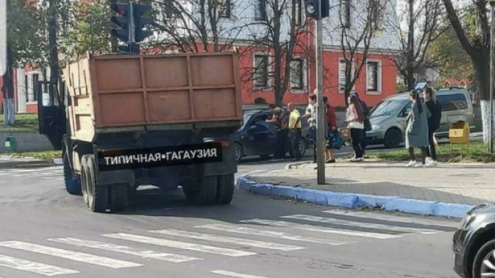 ACCIDENT GRAV la Comrat. O tânără, lovită de un camion chiar pe trecerea de pietoni (FOTO)