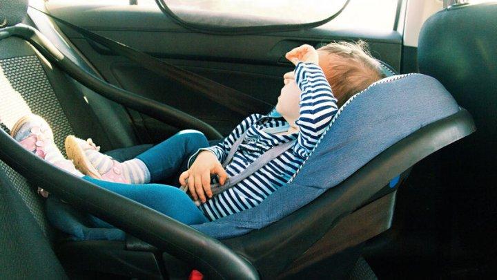Dispozitivul care îi împiedică pe părinţi să-şi uite bebeluşii în automobile, obligatoriu în Italia