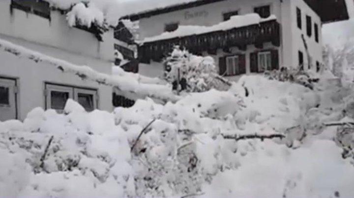 Italia sub cod roşu de avalanşe. Zeci de case blocate de nămeţi