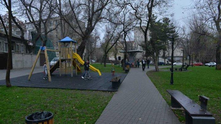 (FOTO) A fost inaugurat scuarul George Coșbuc din sectorul Râșcani al Capitalei. Vezi cum arată