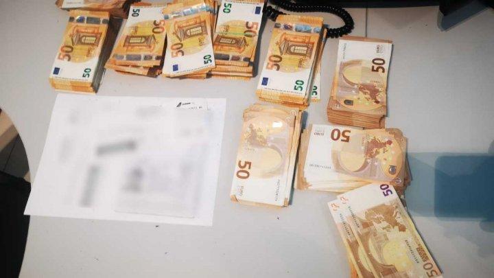 Un moldovean a încercat să treacă frontiera cu 50 de mii de euro în bagajul de cală