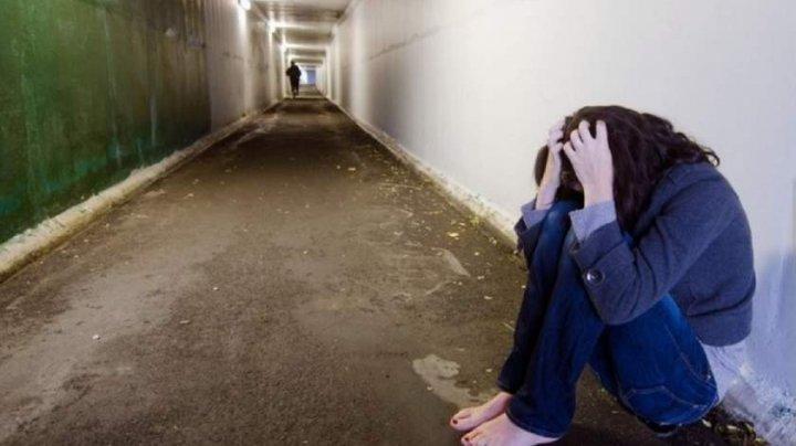 CUTREMURĂTOR. O tânără a fost răpită, sechestrată, bătută şi abuzată de iubit