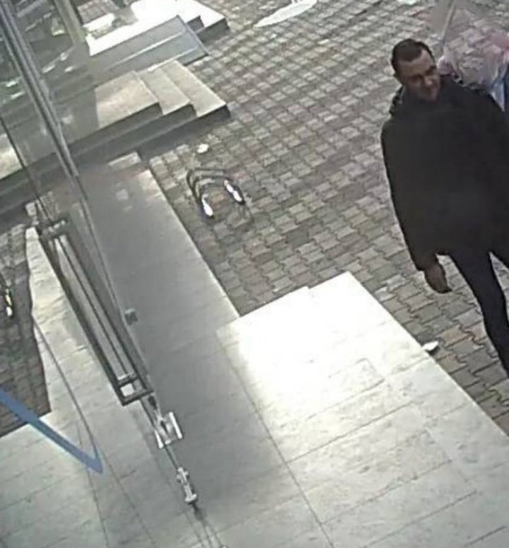 Recunoşti acest bărbat? Atunci, anunţă imediat poliţia (FOTO)