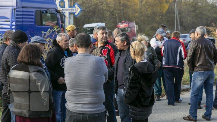 """Mesajul transportatorilor de mărfuri care protestează: """"Nu ne dă voie să lucrăm, ne bagă beţe în roate"""" (FOTOREPORT)"""