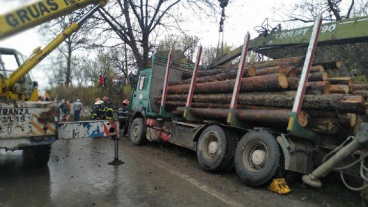Moarte cumplită. O femeie din România a fost strivită de un camion ce ducea lemne