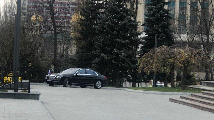 Maşina Ambasadorului Rusiei, văzută la Preşedinţie, după ce Guvernul Chicu a depus jurământul