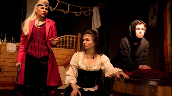 """Actorii Teatrului din Cahul, pe scena Ateneului Naţional din Iaşi cu spectacolul """"Insula femeilor"""""""