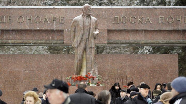 Nostalgici după timpurile sovietice. Membri şi  susţinători ai PCRM au depus flori la monumentului liderului bolşevic, Vladimir Lenin