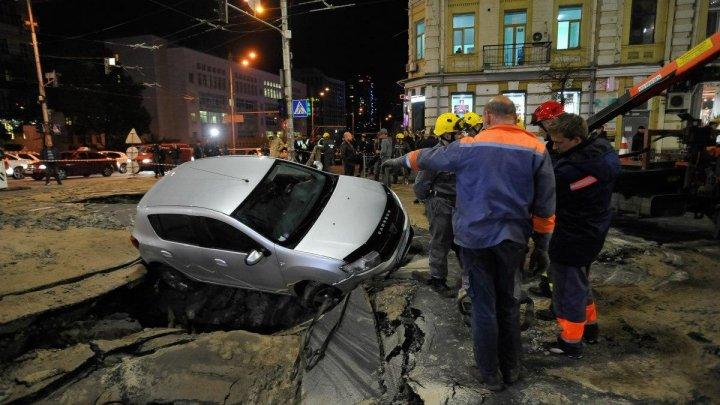 Imagini apocaliptice la Kiev. O stradă a fost transformată în cratere, după ce a fost scăldată în uncrop