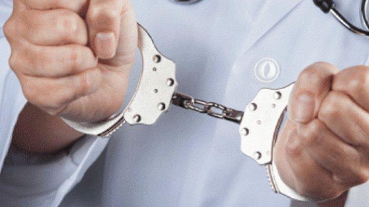 Cei zece medici legişti, reţinuţi pentru corupţie, au fost audiaţi la Procuratură