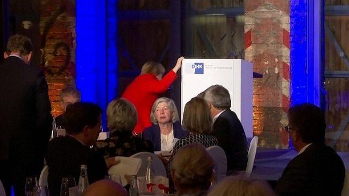 MOMENT STÂNJENITOR. Angela Merkel, la un pas să cadă pe scenă (VIDEO)