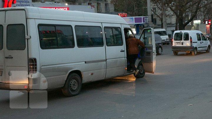 Razii doar pentru bifă. Inspectorii au verificat doar microbuzele interurbane, iar cele din Capitală continuă să circule pline până la refuz