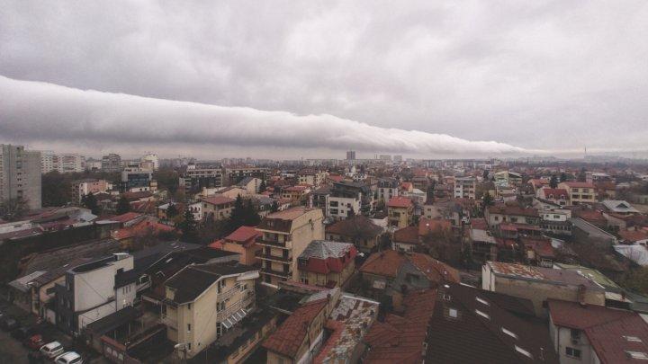 Nori bizari, sub formă de rulou, deasupra Bucureştiului (VIDEO)