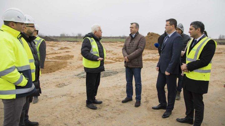 Premierul Ion Chicu, în inspecţie la construcția unui drum cu o lungime de 19 km (FOTO)