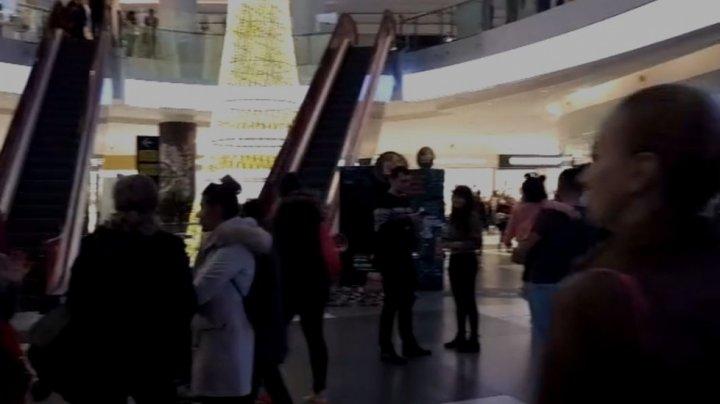 Panică la un important centru comercial. Mai mulţi oameni au fost evacuaţi