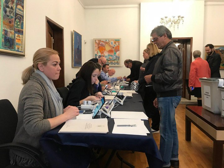 Românii au format cozi la Ambasada de la Chișinău pentru a-și exercita dreptul la vot (FOTO)