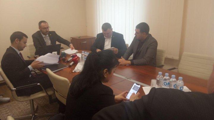 Majoritatea deputaţilor din Comisia Juridică a votat pentru programul şi lista Guvernului Chicu
