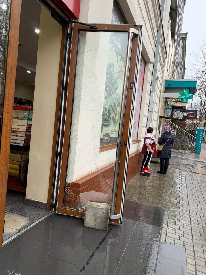 """Sediul PCCOCS şi un magazin """"Franzeluţa"""", vandalizate (FOTO/VIDEO)"""