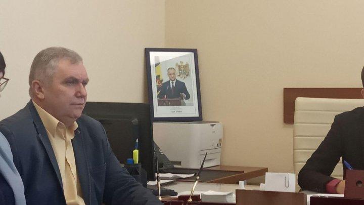 Nu-i icoană, da-i portret. Fotografia şeful statului, la loc de cinste, în biroul unui deputat socialist