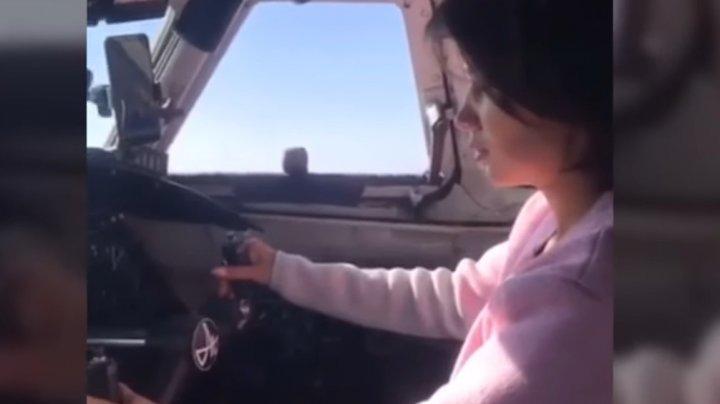 O tânără a pilotat un avion de pasageri deși nu avea licență. Incidentul a fost filmat (VIDEO)