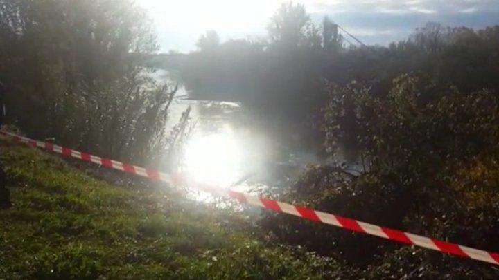 Franţa: O maşină şi un camion au căzut într-un râu după ce podul pe care îl traversau s-a prăbuşit. SUNT VICTIME