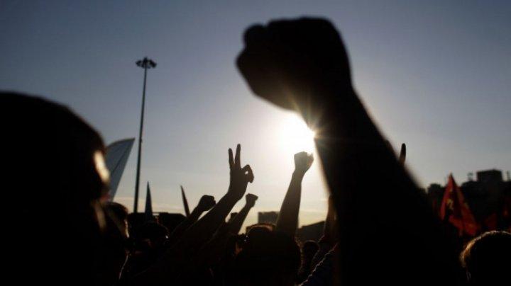 Mii de oameni au ieșit în stradă, la Madrid, după ce un grup de indivizi, care au violat o fată de 14 ani, au fost achitaţi de crimă