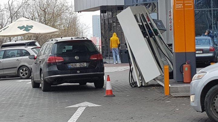 HAOS la o staţie PECO din Capitală. Un șofer a uitat să scoată pompa din rezervor și a pornit la drum (FOTO)