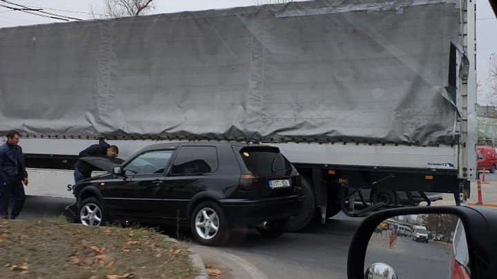Nu au împărţit un rond. Un automobil s-a ciocnit cu un Tir în sectorul Ciocana al Capitalei (FOTO)