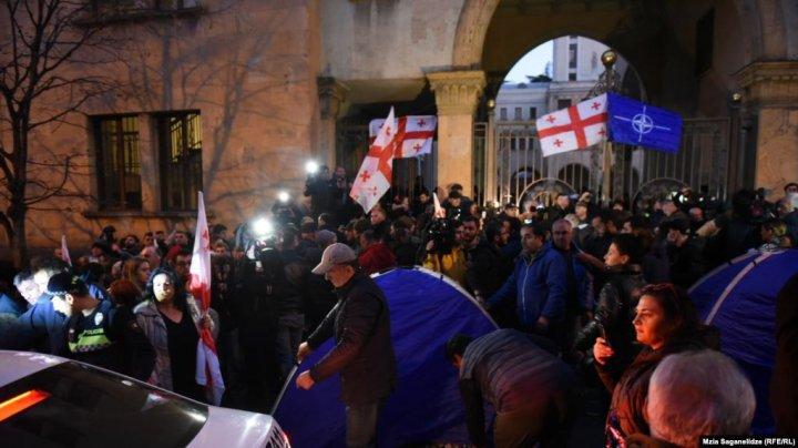 Proteste la Tbilisi. Mii de opozanţi au blocat străzile din jurul parlamentului