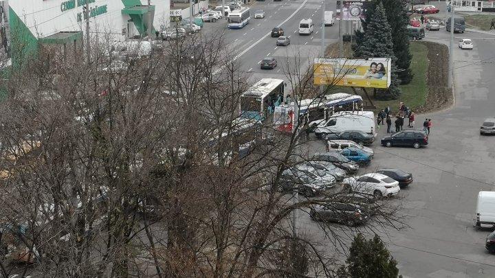 HAOS pe strada Calea Ieşilor din cauza unui şofer. Mai multe troleibuze staţionează. Ce s-a întâmplat (FOTO)