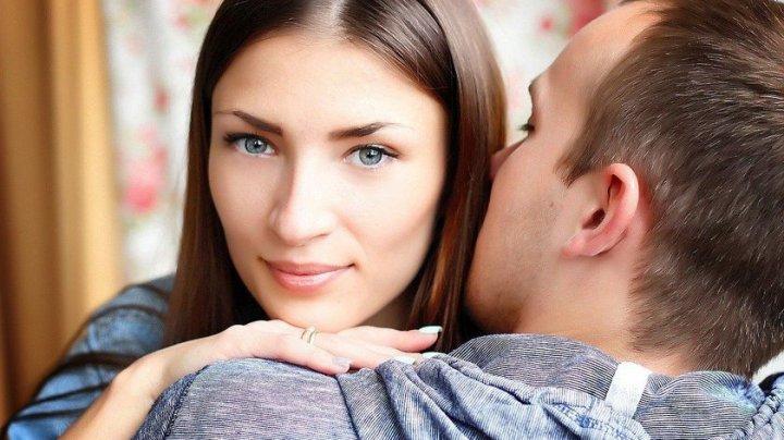 5 moduri prin care îţi poţi face iubitul să nu-şi mai ia gândul de la tine