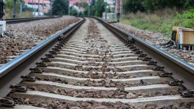 Momentul înfiorător în care un copil a fost cât pe ce să moară călcat de tren! Cum a reușit să se salveze (VIDEO)
