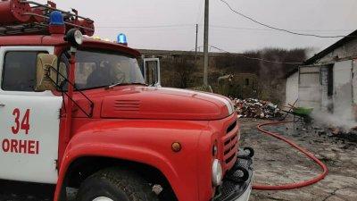 UN DEPOZIT de păstrarea a cărbunelui din localitatea Camencea, raionul Orhei, CUPRINS DE FLĂCĂRI (FOTO)