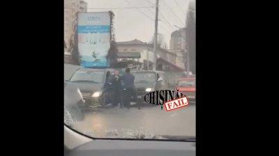 Doi şoferi s-au luat la BĂTAIE, în plin TRAFIC, pe o stradă din Capitală (VIDEO)