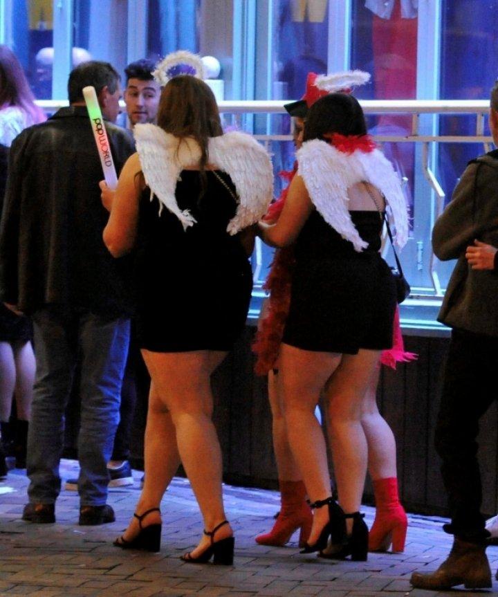 """Imaginile dezmăţului total: Britanicii au sărbătorit """"Vinerea nebună"""" (FOTO)"""