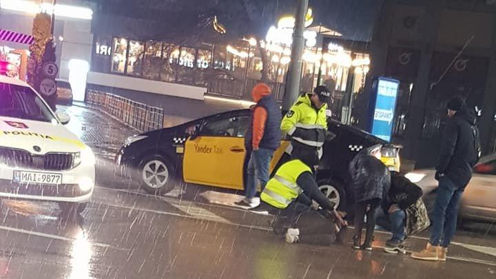 ACCIDENT ÎN CAPITALĂ. O femeie a fost lovită de un taxi pe trecerea de pietoni (FOTO)