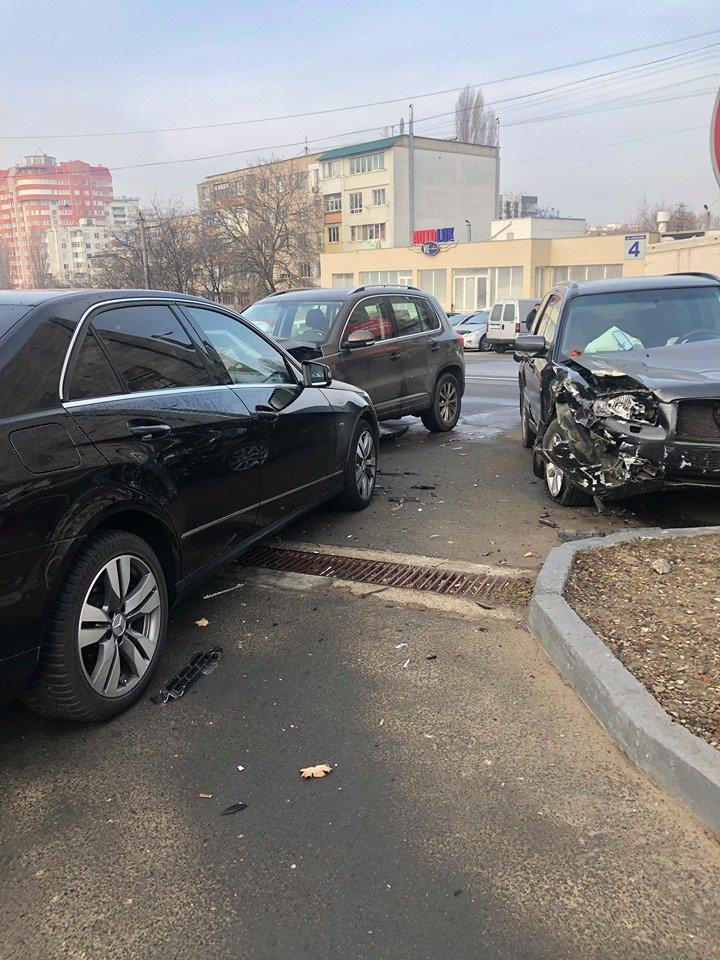 Accident de groază în Capitală. TREI MAȘINI de LUX, implicate (FOTO)