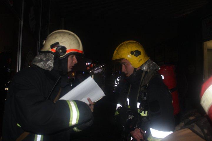 Un club de noapte din Capitală, asaltat de polițiști, medici și pompieri. Motivul intervenției (FOTO/VIDEO)