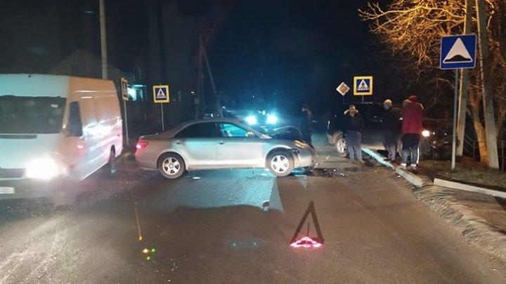 Accident violent la Durlești. O mașină a ajuns într-un stâlp, iar alta grav avariată (FOTO/VIDEO)