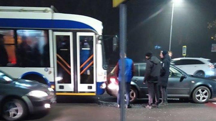 Accident rutier pe strada Calea Ieşilor din Capitală. Un troleibuz s-a izbit într-o maşină