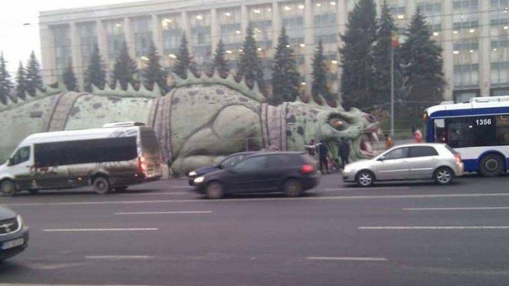 Un dragon, adus în centrul Capitalei, a provocat demisii la primărie (FOTO)