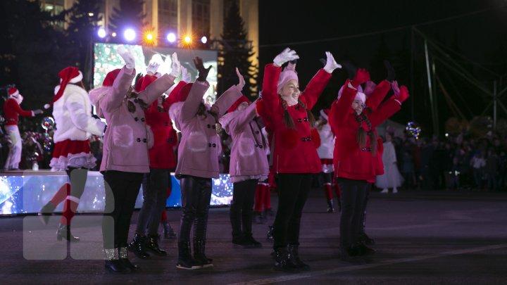 Start sărbătorilor de iarnă! A fost inaugurat principalul Pom de Crăciun din ţară (FOTOREPORT)